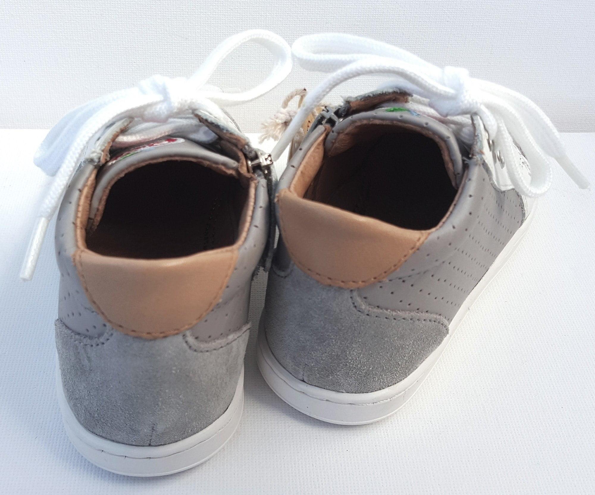 Premiers pas Shoo Pom, le modèle Bouba Zip Box en cuir gris et blanc à lacets et 1 zip