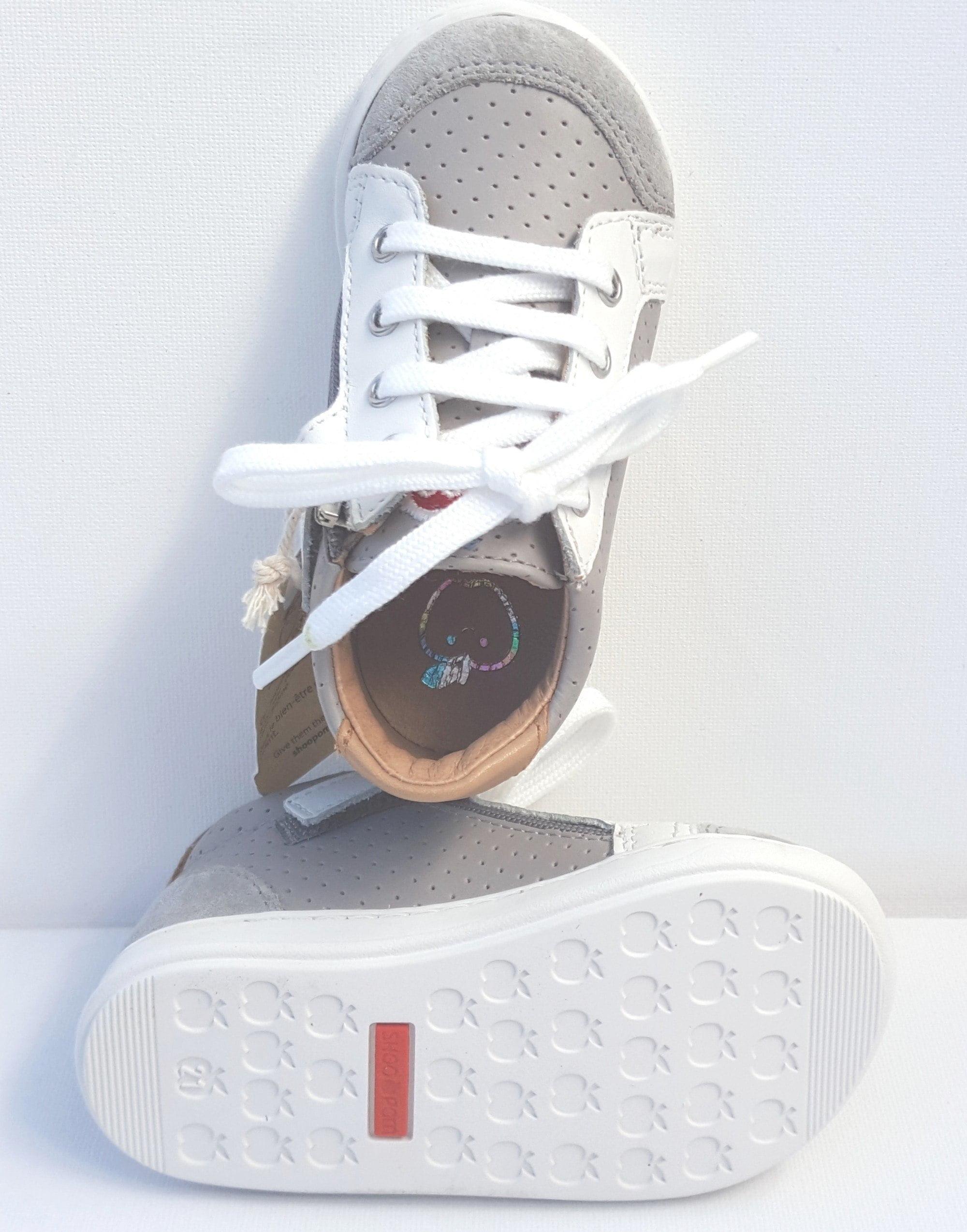 Bouba Zip Box, un premiers pas en cuir gris et blanc à lacets et 1 zip by Shoo Pom