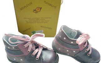Bébé fait ses tout premiers pas, Ibaldi lui conviendra parfaitement, chaussure souple en cuir gris et rose à lacets, modèle fabriqué en France par Bellamy