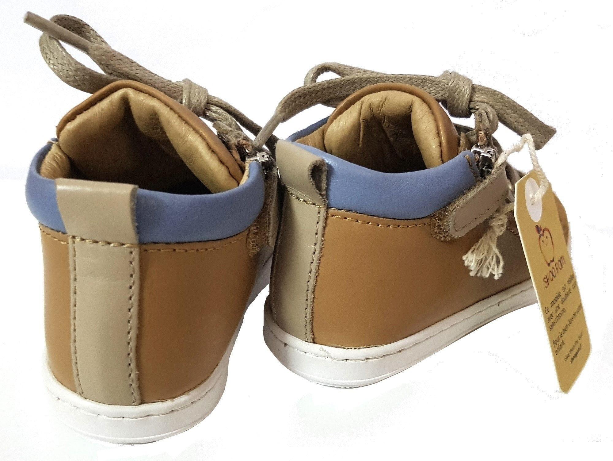 La Bouba Bi Zip Regat en cuir camel, taupe et jean pour les premiers dotée de lacets et 2 zips, modèle Shoo Pom