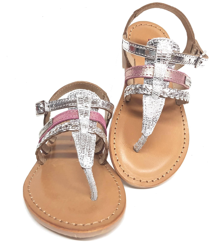 Barmi, une sandale entre doigts en cuir argent dotée d'une lanière glitter rose et fermée par 1 bride à boucle