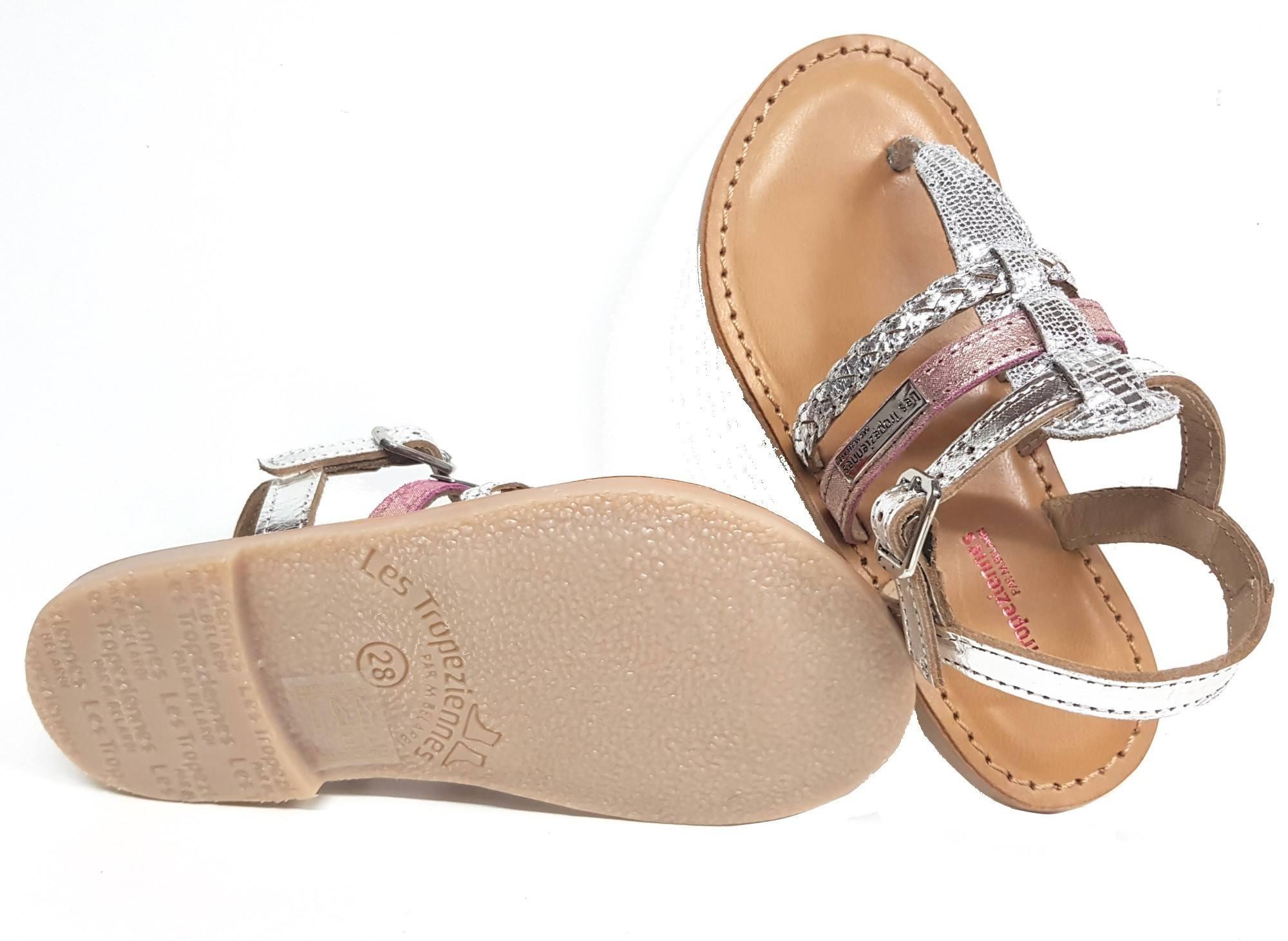nu-pied Barmi, entre doigts en cuir argent doté d'une lanière glitter rose et fermé par 1 bride à boucle