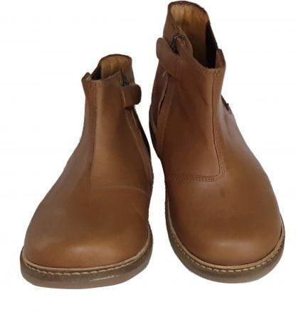 un élasttique sur la tige extérieure, le zip latéral et un cuir lisse camel pour la boots miste Retro Jodzip signé Pom d'Api