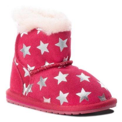 une multitude d'étoiles argent orne la botte fuschia, Toddle Starry. Un modèle pour bébé en daim fourré avec de la laine mérinos.