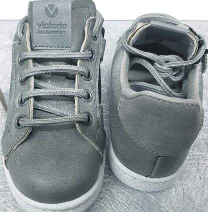 basket enfant cuir gris et col nubuck gris signée victoria, modèle à lacets et 1 zip
