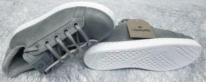 un cuir gris et son col nubuck gris à lacets et 1 zip pour la basket enfant signée victoria
