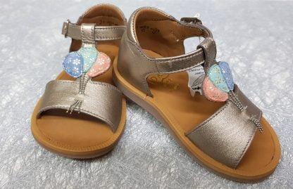 un cuir vieux or pour le nu-pied enfant de Pom d'Api avec contrefort et bride à boucle, chaussure pour premiers pas Poppy Balloon avec sa lanière sur l'avant du pied joliment agrémenté de 3 ballons