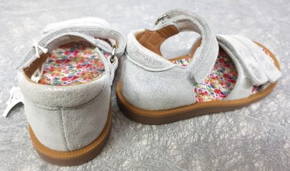 sandale Poppy Bypo pour les premiers pas en cuir argent fermé par 1 bride à velcro, ce nu-pied pour bébé est doté d'un contrefort et de 2 lanières auto-agrippantes sur l'avant du pied, il est signé Pom d'Api