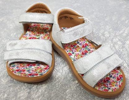 Poppy Bypo, une sandale pour bébé de Pom d'Api, en cuir argent doté d'un contrefort et d'une bride à velcro sur la cheville, chaussure enfant avec 2 lanières auto-agrippantes sur l'avant du pied