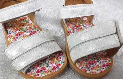 pour les premiers pas de bébé la sandale enfant de Pom d'Api en cuir argent avec 1 contrefort et 1 bride à velcro, un nu-pied pour fille doté de 2 lanières auto-agrippantes sur l'avant du pied