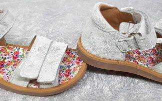 nu-pied Pom d'Api pour enfant, en cuir argent et contrefort pour les premiers pas, modèle Poppy Bypo fermé par 1 bride à velcro, ctte sandale enfant est doté de 2 lanières auto-agrippantes sur l'avant du pied