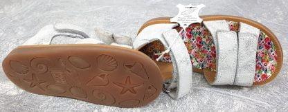 chaussure enfant, modèle sandale pour premiers pas avec contrefort arrière et fermée par 1 bride à velcro, ce nu-pied Pom d'Api est doté de 2 lanières auto-agrippantes sur l'avant du pied, chaussure Poppy Bypo