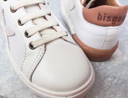 basket Bisgaard en cuir blanc et camel doté d'1 étoile en surimpression sur le côté, modèle 31801 à lacets et 1 zip