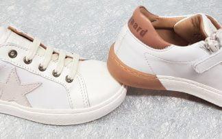 une basket enfant en cuir blanc et camel avec 1 étoile en surimpression en velours crème sur le côté, modèle 31801 de Bisgaard à lacets et 1 zip
