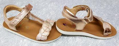 La Goa Dots de Shoo Pom est dans la tendance avec sa belle couleur métallisé cuivré et doté de cercles multicolores sur sa lanière au bout du pied. Sa semelle incurvée est très confortable et ce nu-pied est fermé par 1 bride à velcro