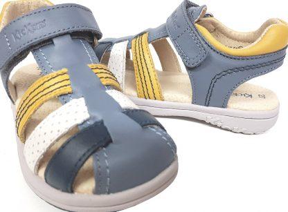 un cuir lisse bleu agrémenté de lanières en cuir marine, blanc et jaune pour le nu-pied fermé Platinium et sa large bride arrière fermée par 1 velcro, modèle Kickers