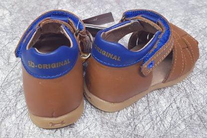 un nu-pied fermé avec contrefort pour premiers pas, son col cuir bleu est matelassé, ce modèle cuir cognac est fermé par 1 bride à velcro