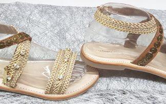 One, une sandale pour junior et femme en cuir camel et lanières textiles beiges agrémentées de brillants, modèle fermé par 1 bride à boucle ajustable