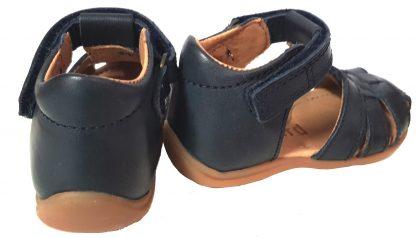 pour les premiers pas de bébé, le nu-pied 71206 de Bisgaard en cuir marine, doté d'un contrefort et fermé par 1 bride à velcro, chaussure enfant