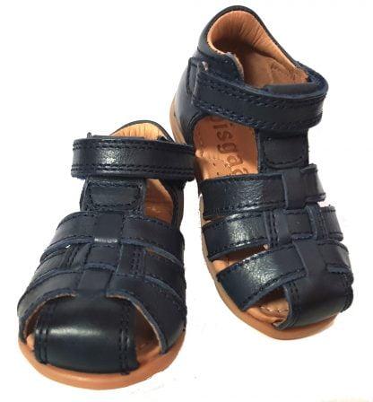 le nu-pied 71206 de Bisgaard pour les premiers pas est une chaussure pour enfant en cuir marine et fermé par 1 bride à velcro