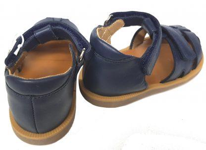sandale enfant à bout fermé de Pom d'Api, modèle Poppy Boy en cuir marine et 2 velcros doté d'un contrefort arrière pour les premiers pas