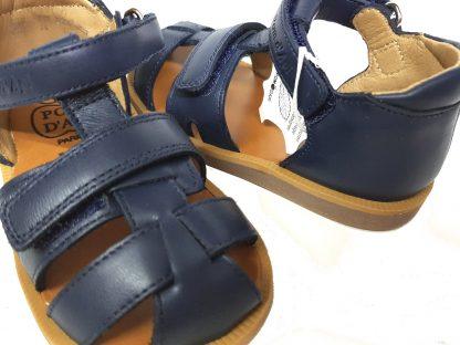 chaussure pour enfant Pom d'Api, la sandale à bout fermé Poppy Boy en cuir marine et 2 velcros, nu-pied pour premiers pas avec contrefort
