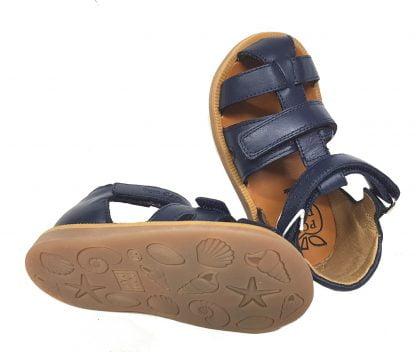 pour les premiers pas de bébé chaussure enc uir marine averc contrefort et 2 velcros, modèle nu-pied fermé de Pom d'Api