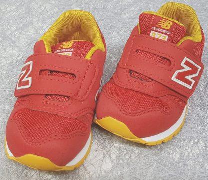 IV373 une basket à scratch pour garçon en textile rouge et empiècements jaunes, modèle chaussure pour enfant New Balance