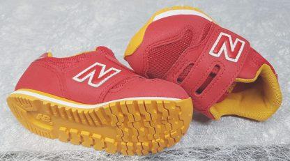 basket enfant New Balance en textile rouge et jaune, modèle pour garçon IV373 fermé par 1 velcro