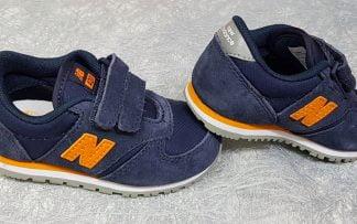 une basket mode pour enfant, la IV420 marine en textile, cette sneaker est dotée de 2 velcros