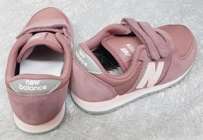une basket en daim et textile rose pour enfant, chaussure pour fille New balance, modèle YV420 à 2 velcros