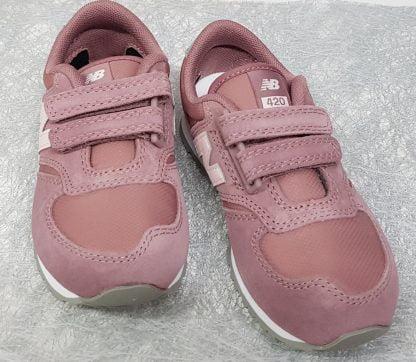 une mixité de daim et textile pour la basket enfant YV420 rose et gris fermée par 2 velcros, modèle pour enfant de New balance