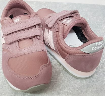 basket pour fille New Balance, chaussure enfant fermée par 2 velcros, sneaker tige basse pour fille en daim et textile rose