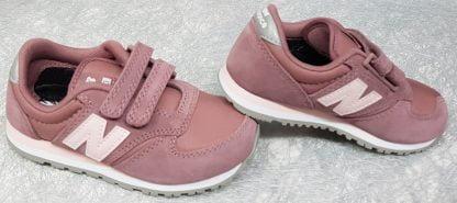 une basket mode pour fille, la YV420 rose en daim et textile, cette sneaker est doté de 2 velcros