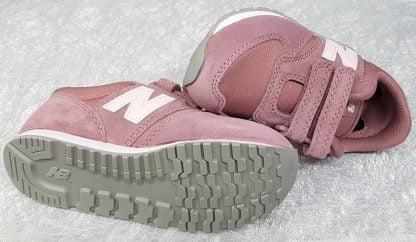 un daim et textile rose pour la basket enfant New Balance, chaussure fille YV420 fermée par 2 velcros