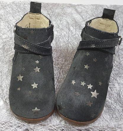 de multiples étoiles dorées sur un cuir anthracite pour le bottillon des premiers pas de votre princesse fermé par 1 zip
