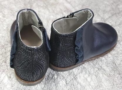 bottine pour les premiers pas en cuir marine fermée par 1 zip. Ce modèle est doté d'une bande plisseé en cuir irisé marine et fermé par 1 zip