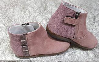 bottine pour les premiers pas en velours et cuir rose fermée par 1 zip. Ce modèle est doté d'une bande plisseé en cuir étain et fermé par 1 zip