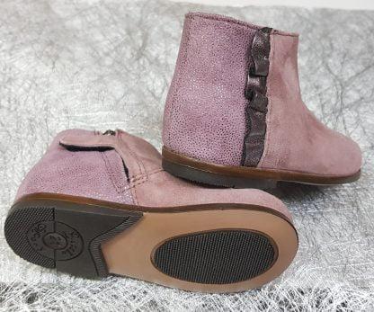 un velours rose et cuir sur le contrefort orné d'une bande plissée cuir étain pour la bottine Fanchon signée Little Mary. Ce modèle pour premirers pas est fermé par 1 zip
