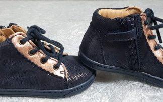 un cuir marine et reflets cuivrés pour le bottillon Silje fermé par 1 lacet et 1 zip, chaussure enfant Bisgaard