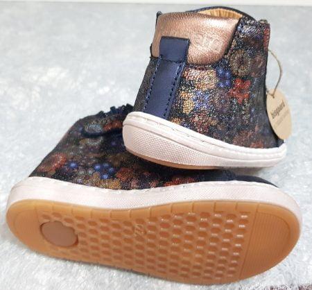 un cuir marine et imprimè floral avec un col matelassè cuivrè pour la basket enfant Sui de Bisgaard, chaussure à lacet et 1 zip
