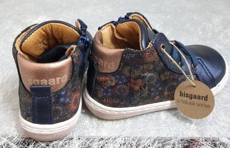 la basket haute pour enfant Sui de Bisgaard est en cuir marine et empiècement imprimé floral, modèle à lacets et 1 zip