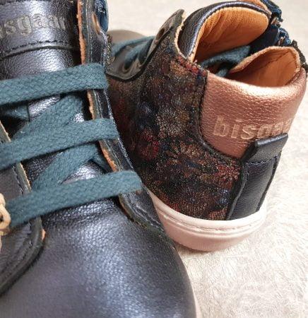 Sui, une basket haute pour premiers pas en cuir marine et empiècements imprimés florals, modèle Bisgaard à lacets et 1 zip