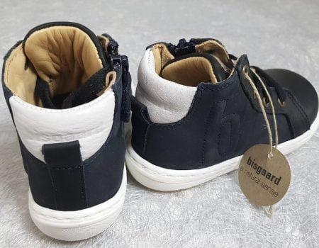 un cuir lisse noir doté d'un col matelassé gris clair pour la sneaker premiers pas Villum, modèle Bisgaard pour enfant à lacets et 1 zip