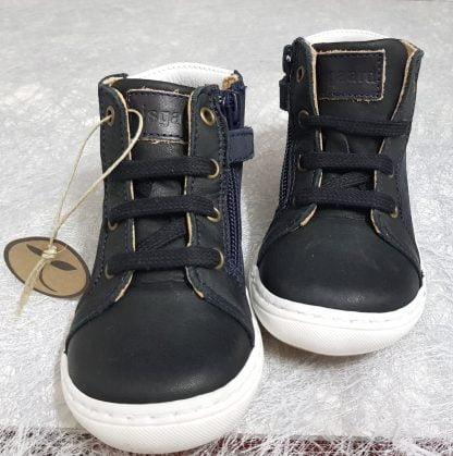 Villum est une sneaker pour premiers pas en cuir naturel noir et son col matelassé gris clair joliment décoré d'un b en surimpression sur le côté, modèle Bisgaard à lacets et 1 zip