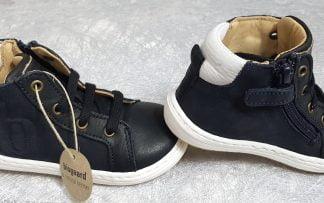 Villum est une sneaker enfant pour premiers pas en cuir noir et col matelassé blanc doté d'un b en surimpression sur le côté, modèle enfant Bisgaard à lacets et 1 zip