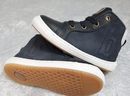 Villum signé Bisgaard, une chaussure enfant en cuir noir et col matelassé gris clair, doté d'un b en surimpression sur le côté extérieur, modèle à lacets et 1 zip