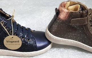 ces 2 baskets hautes pour enfants se déclinent en cuir marine et or ou marron et cuivre, modèles Gaia de Bisgaard à lacets et 1 zip