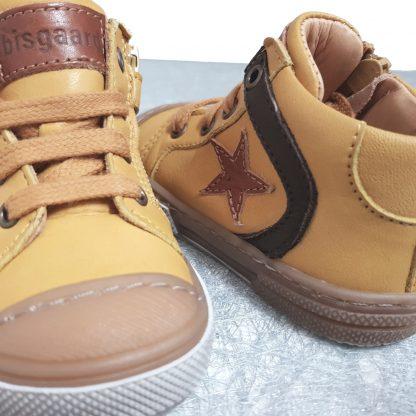 une chaussure enfant de Bisgaard en cuir moutarde fermé par 1 lacet et 1 zip, bottillon pour premiers pas