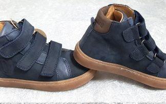 chaussure haute 3 velcros en cuir velours marine doté de la lettre b en surimpression sur la tige arrière, modèle garçon bisgaard